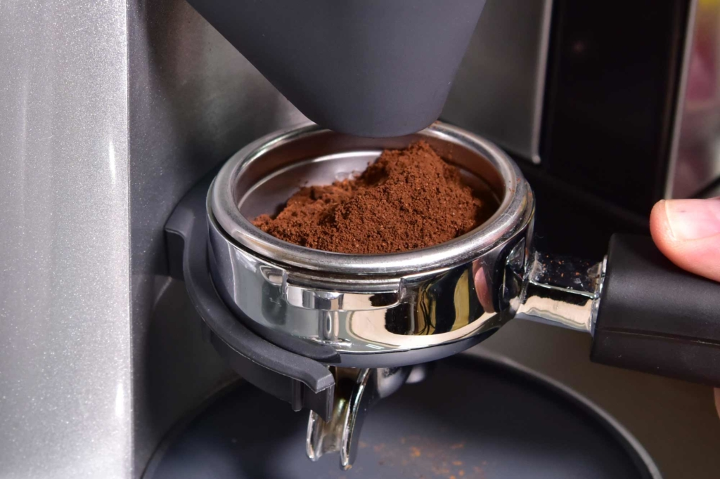 Kaffeemühle malt direkt in Siebträger